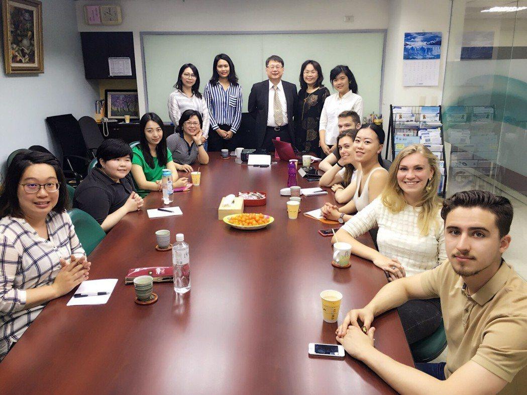 來自法國、俄羅斯修習碩士三方學程的學生,目前正在台灣文藻外大上課八周。 文藻外大...