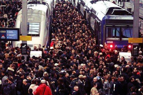 罷工日的第一天,法國高鐵TGV的發車率就銳減至常態的12%,區域鐵路更只剩下20...