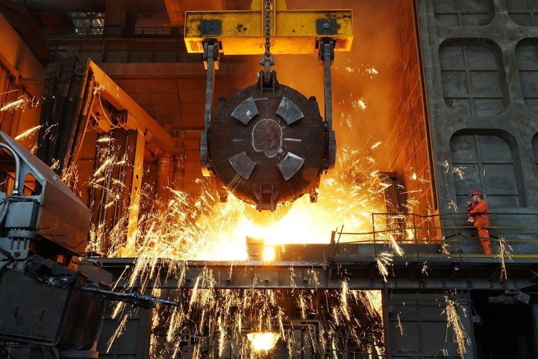 川普與商務部長羅斯聲稱,美國的鋁鋼製造業,面對中國產能過剩以及中國政府補貼的威脅...
