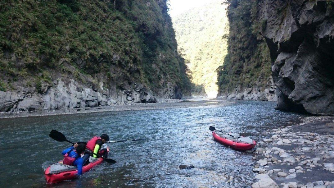 ▲南投濁水溪五八公路獨木舟體驗。(圖/Tripbaa趣吧!亞洲自由行專家)