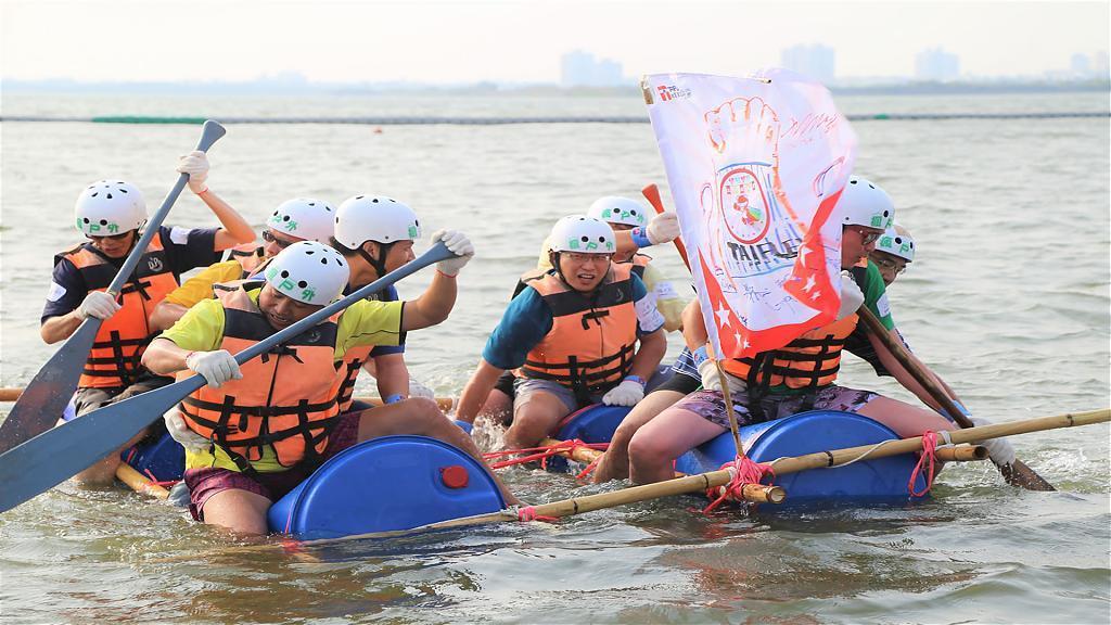 ▲高雄興達港自力造筏體驗。(圖/Tripbaa趣吧!亞洲自由行專家)
