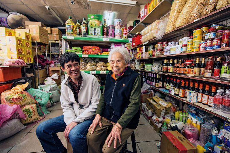 徐銘宏(左)與他的奶奶莊寶春(右)。從18歲就開始 經營雜貨業的奶奶,如今已90...