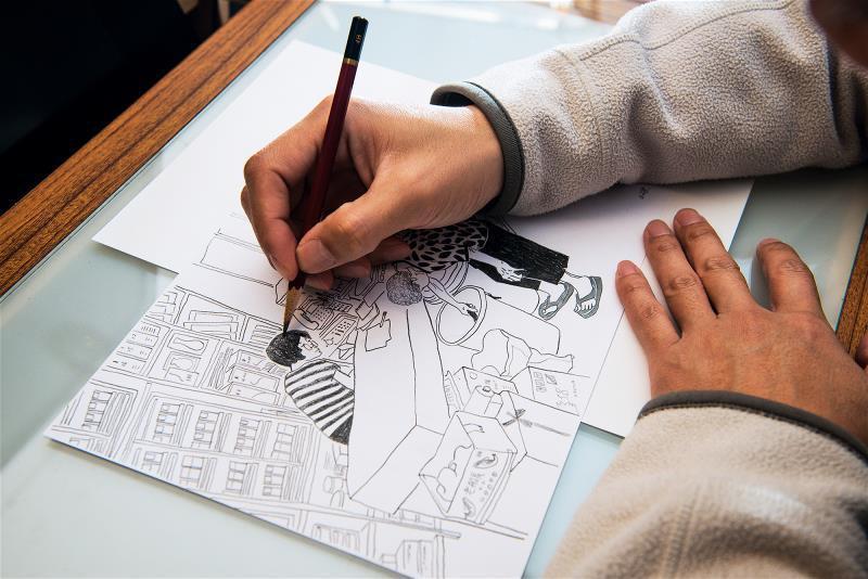 不同於平日工作時以電腦彩繪,徐銘宏選擇以6B鉛筆繪畫,樸實的筆觸反映出他心中的雜...