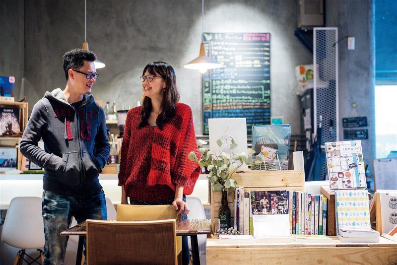 曾國祥(左)與林欣誼(右)雖沒有家裡開雜貨店的經歷,但憑著對雜貨店的美好回憶,一...