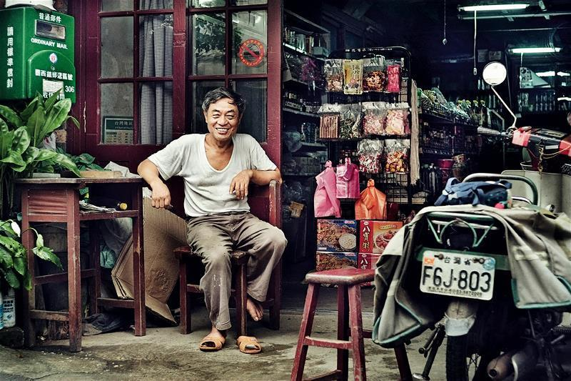 雜貨店是鄉間物資與消息的集散地, 開放的性質意外成為外人探索當地的入口。 (曾國...