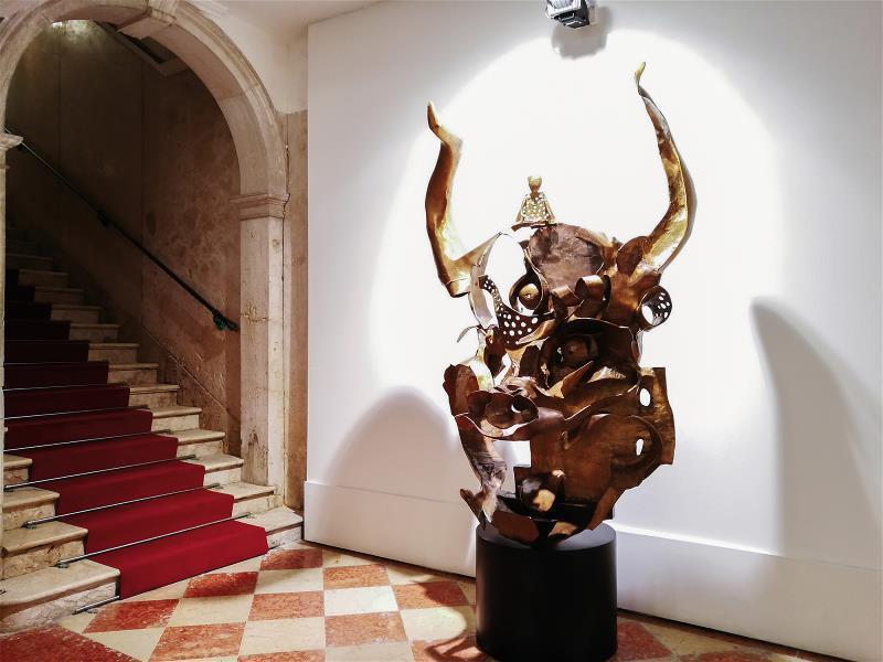 以大威德金剛 受文殊菩薩馴服 為喻,表述藝術中 二元文化的均衡。