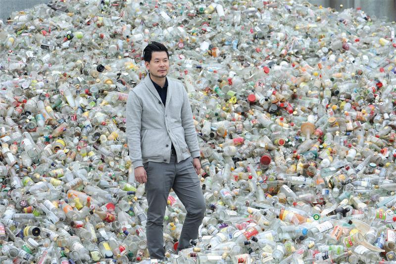 身為台灣最大的玻璃回收廠,春池玻璃一年的回收量約10萬噸,佔台灣回收玻璃的7成,...