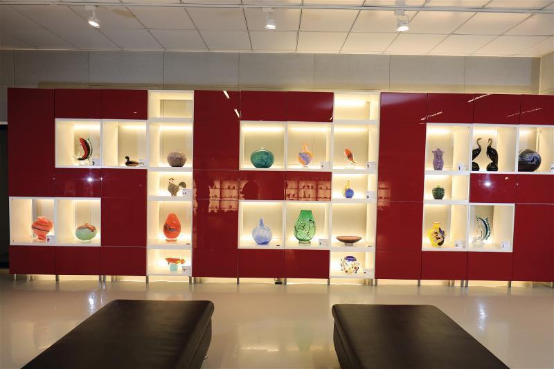 用回收玻璃創作的玻璃藝品,藏著春池 50年來友善環境、永續資源的心意。