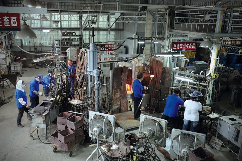 春池玻璃仍保留著50年前玻璃工廠的樣態,窯爐24小時燒著,還有一群手藝精湛的師傅...