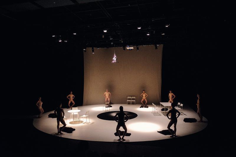 圓形的舞台空間, 突顯人與人之間無止盡的窺伺與監控。