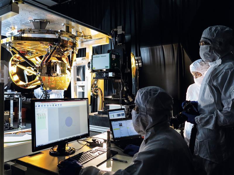福衛五號經由國家太空中心衛星整測廠房一連串的「震動測試」、「模擬太空真空艙」等測...