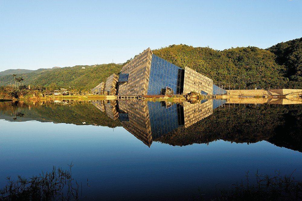 蘭陽博物館外觀運用多種花崗岩材質呼應周圍景觀。大廳中的空橋,讓人的移動成為空間的...
