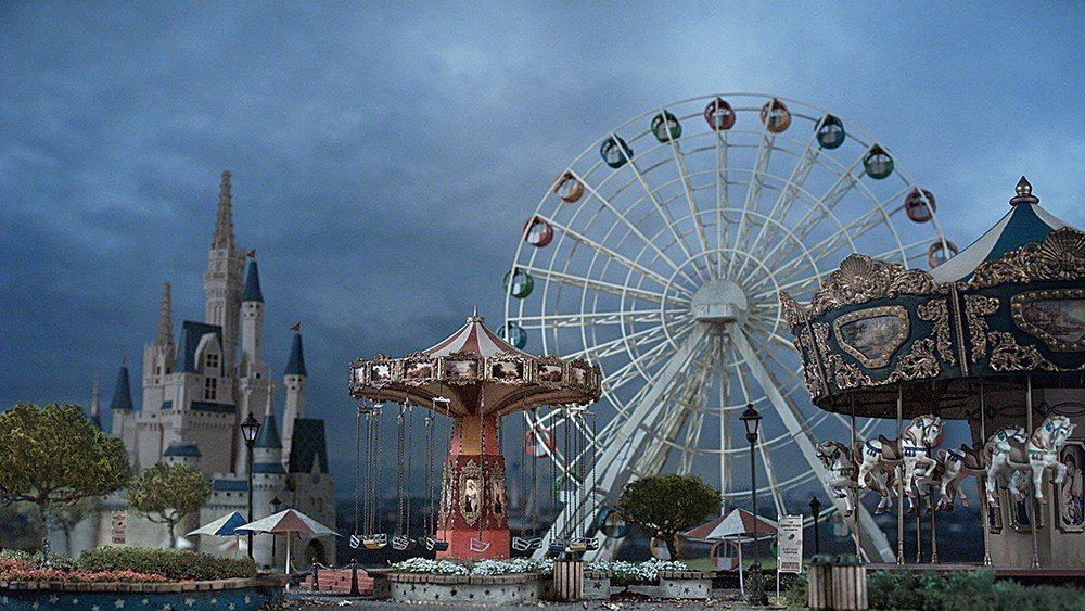 與展覽同名的錄像《明日樂園》。製作方式是在一張大桌上放置遊樂園的模型,爆破並拍攝...