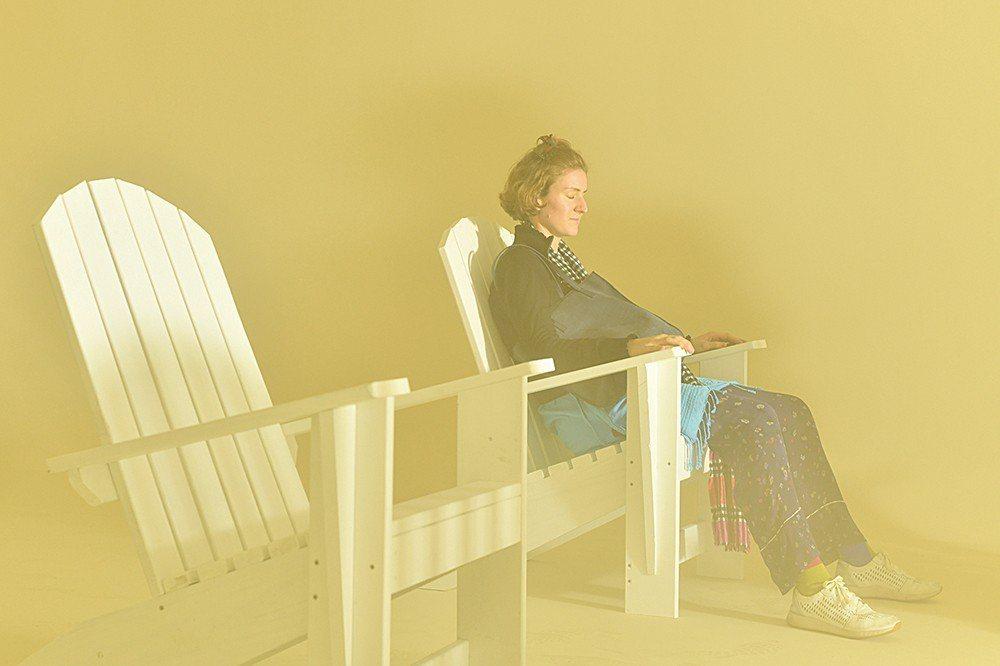 不和《向黑》一起成為展演空間時,《向光》會以裝置形式開放參觀。室內的煙霧是為了保...
