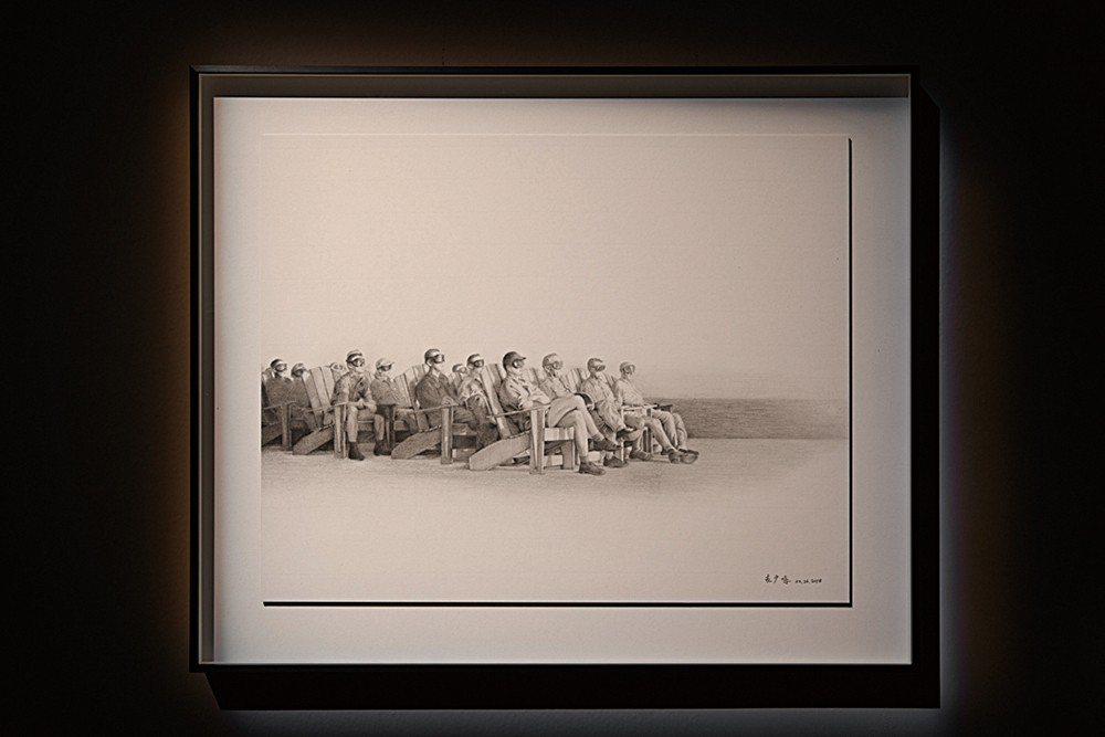 翻畫的相片,是1951年在西太平洋區觀看核爆測試的美國高階軍官的黑白照。他們戴的...