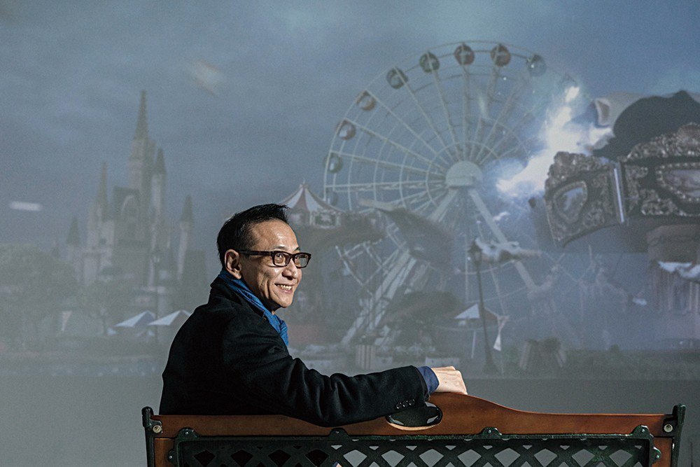 袁廣鳴在作品《明日樂園》前留影。他過去幾年一直覺得遇到瓶頸,想著「我已經不行了」...