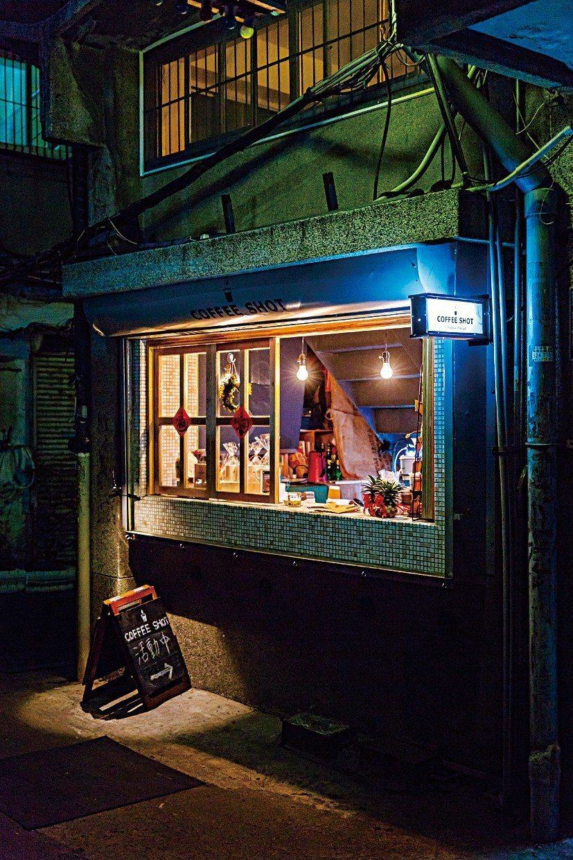 珈琲夏特除了提供飲料和甜點,也不定時舉辦活動,包含不插電搖滾樂派對、電音派對、國...