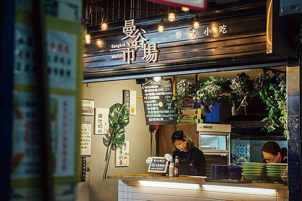 曼谷市場小小的黑板上寫著為數不多,卻道道都是親自研發的料理。而牆上寫的飲品「香茅...