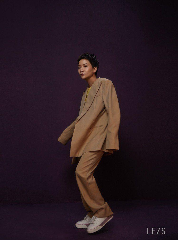 盧凱彤在《LEZS》以紫色為題的安排設計下,融入神祕與自信兼備的姿態,宛如隧道那...