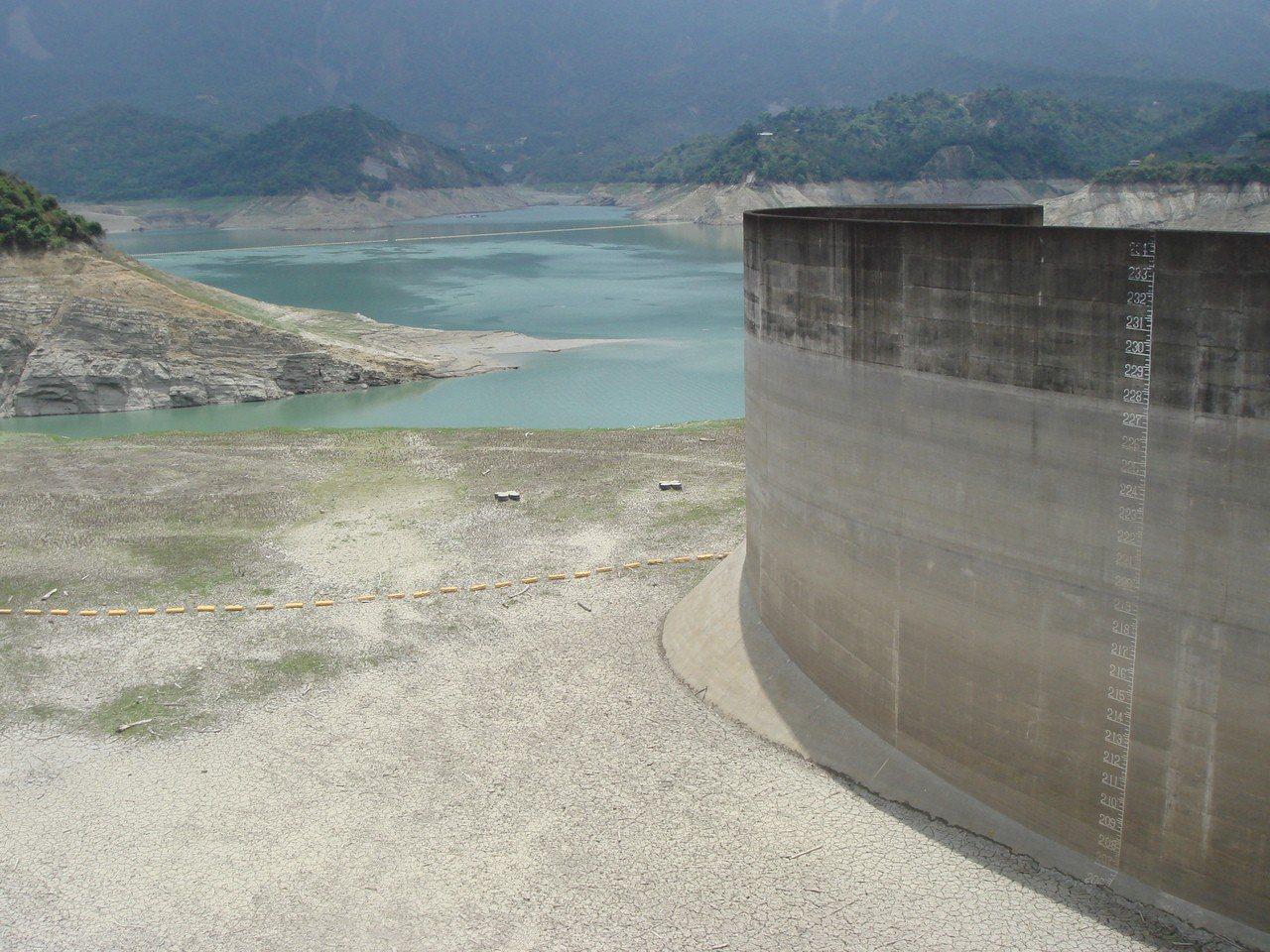 曾文水庫蓄水剩12% 南部進入水情最艱困期。記者吳淑玲/攝影