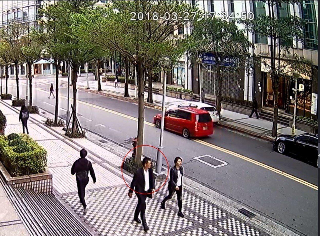 大陸籍周姓男子在台北市內湖科學園區行騙,他隨機搭訕路人,自稱任職科技或房產公司,...