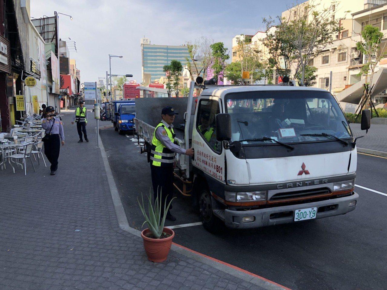 台南府前路至民生路段的景觀改造已完成,交大針對嚴重影響人車通行的違規行為加強取締...