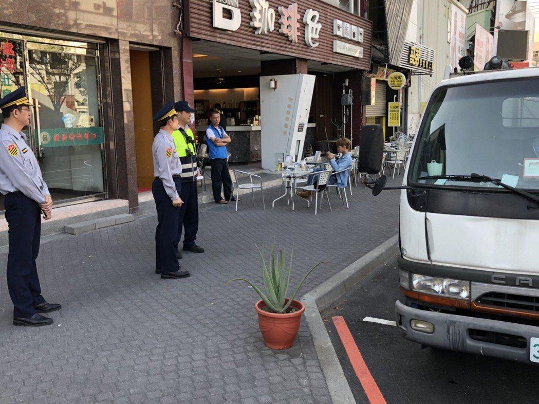交通大隊長楊慶裕等人實地現勘海安路停車用路秩序大執法。記者邵心杰/翻攝