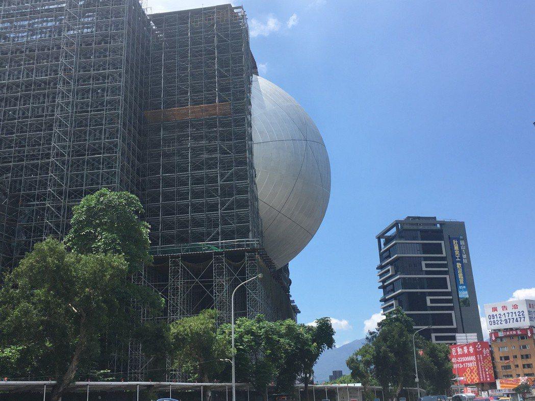 台北表演藝術中心球形劇場突出方殼,外界笑說有如大白眼。記者何定照/攝影