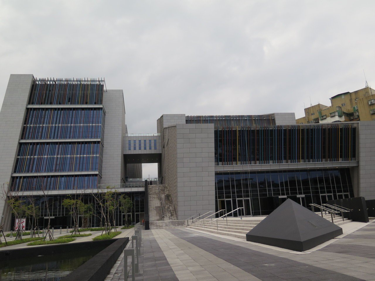 台灣戲曲中心被指施工品質差,但當初工程採最低標是大問題。記者何定照/攝影