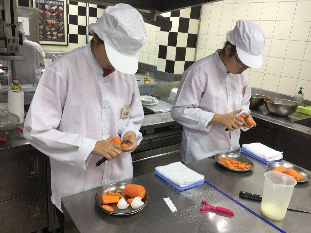 學生聚精會神準備每樣食材和配菜。記者鄭國樑/攝影