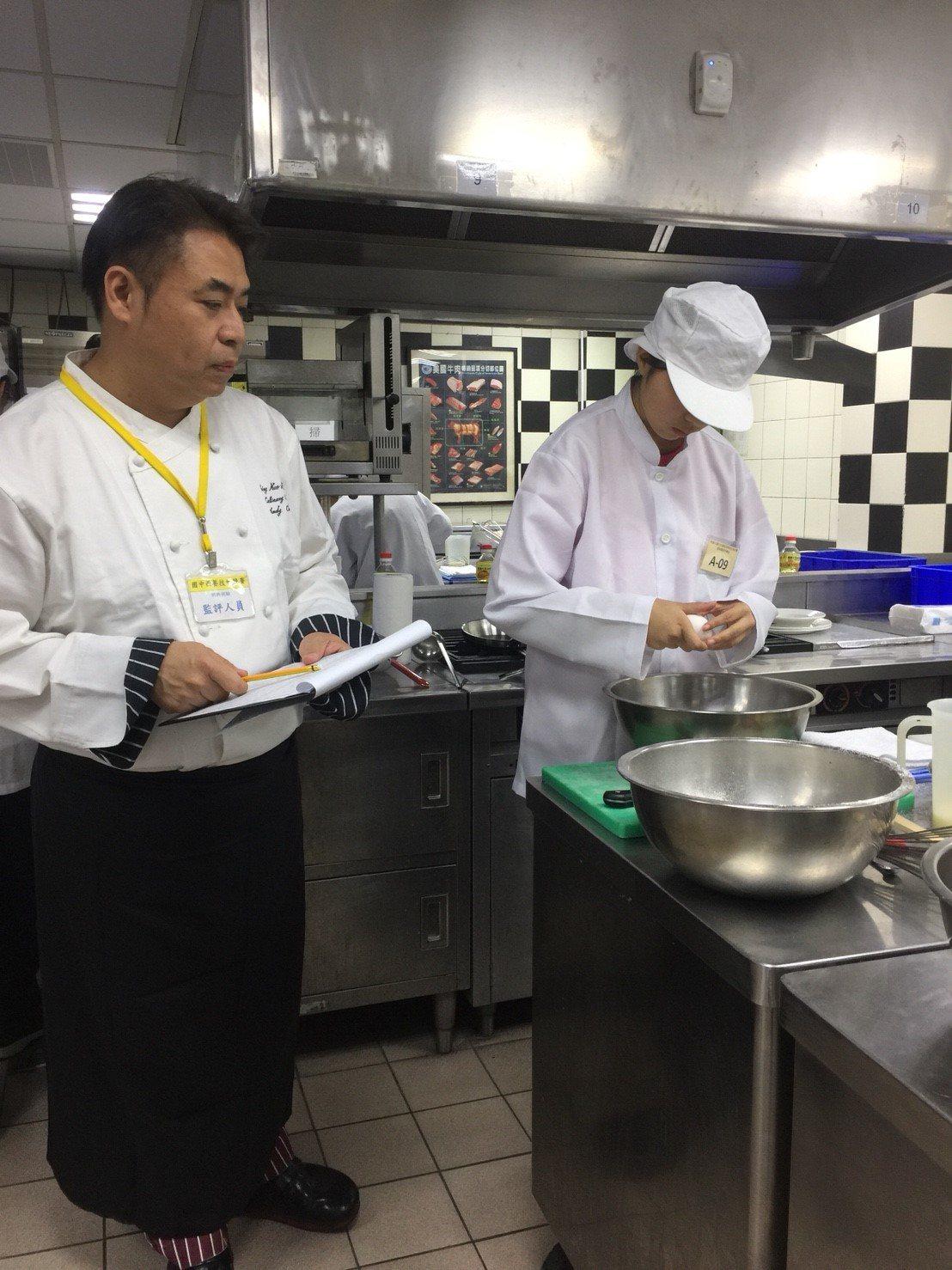 育達高中請來專業主廚擔任評審嚴格看著學生料理過程。記者鄭國樑/攝影