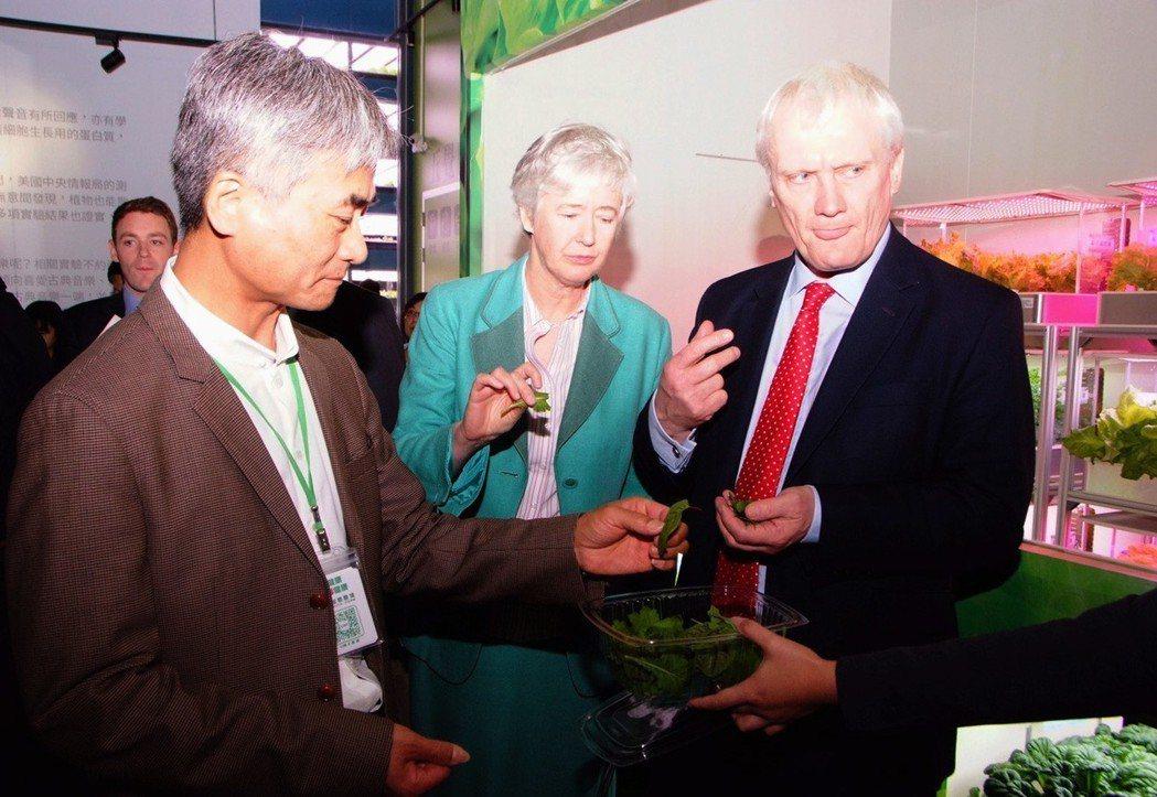 英國國際貿易部投資部長Graham Stuart(右一)參訪桃園市源鮮農場,與源...