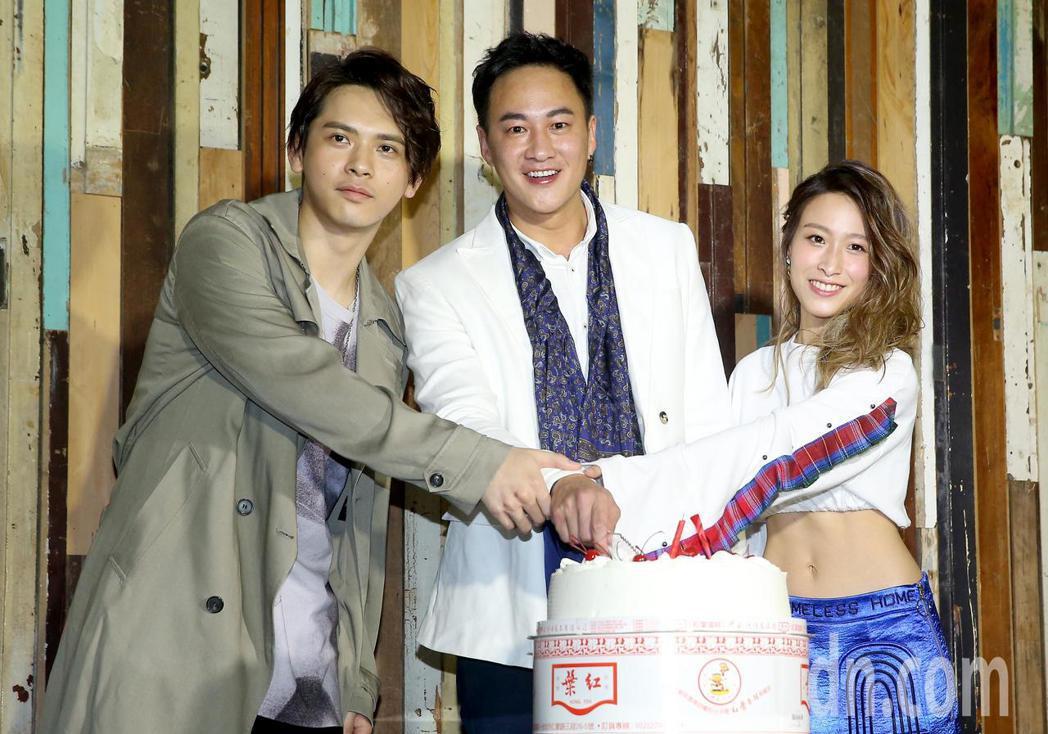 何潤東(中)舉辦出道20年慶生茶會,並向大家介紹公司的兩位新人歌手馬仕釗(左)與