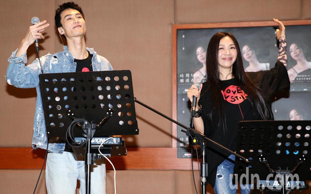 萬芳(右)與演唱會嘉賓之一的李英宏對唱新歌「愛上你」,展現絕佳默契。記者侯永全/...