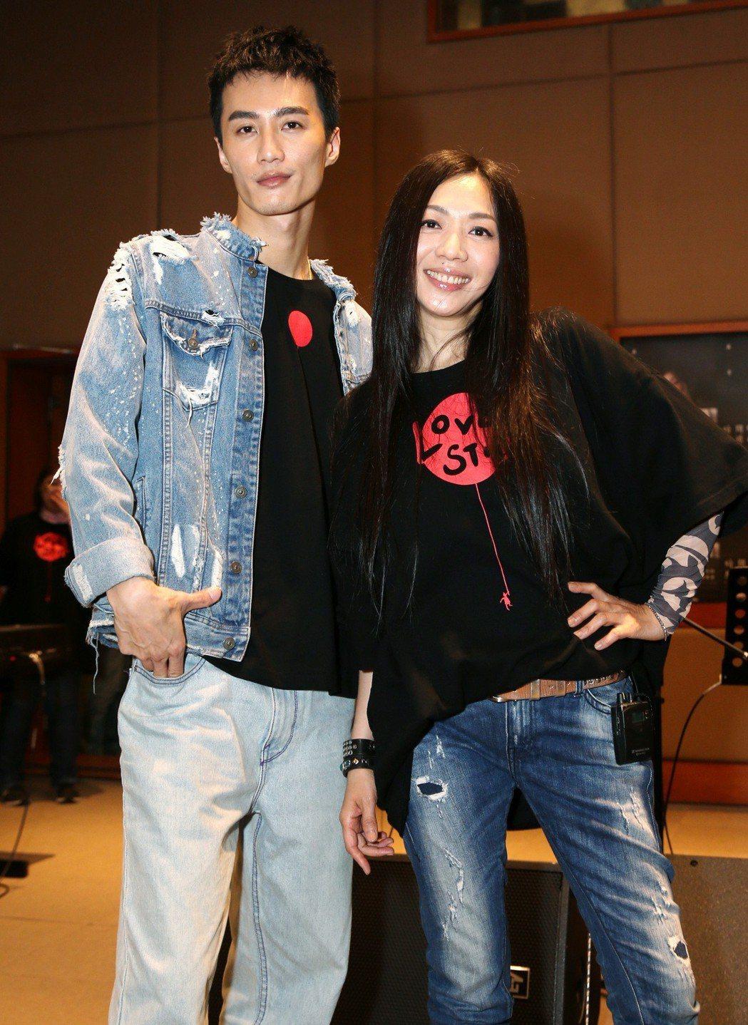 出道27年的萬芳(右)本周末首次登上小巨蛋開唱,擔任演唱會嘉賓之一的李英宏(左)...
