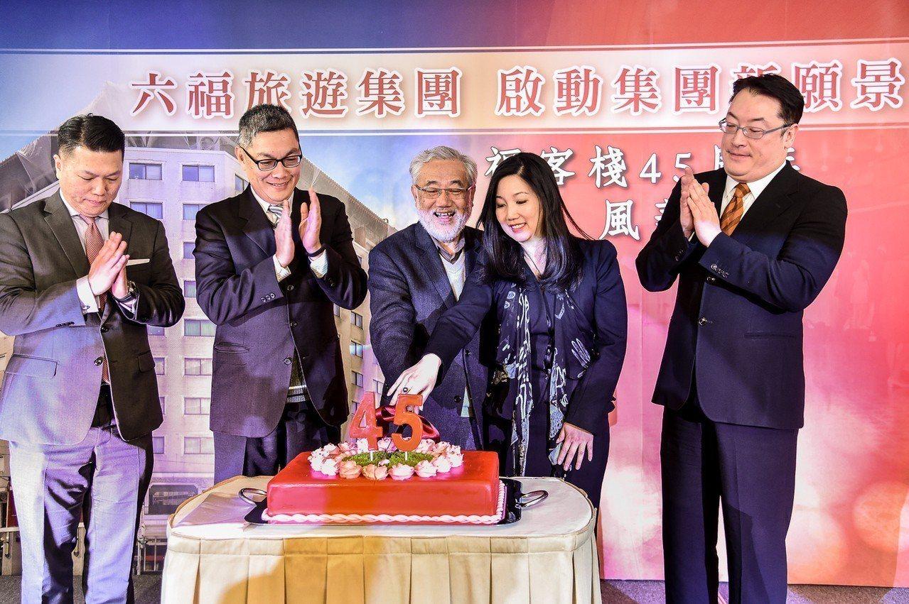 六福旅遊集團總裁莊秀石(左三)、六福旅遊集團營運執行長莊豐如(右二)、台北威斯汀...