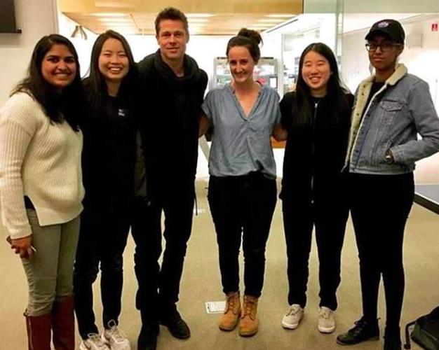 布萊德彼特(左三)到MIT探新女友班,並與新女友學生合照。圖/摘自IG