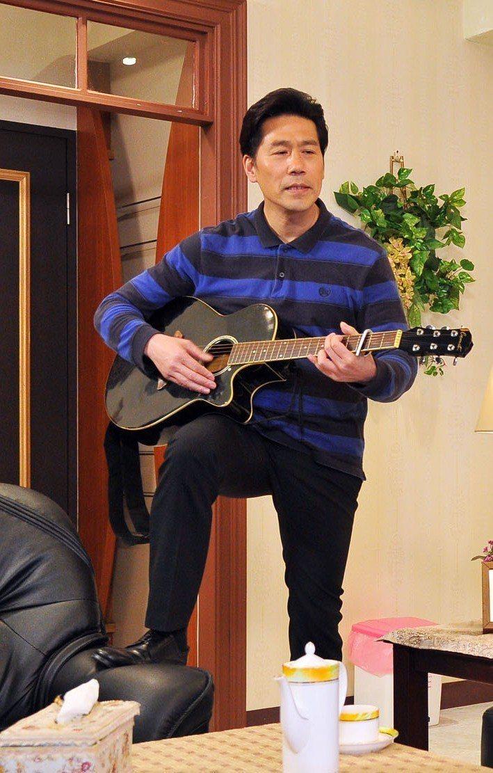 羅時豐劇中彈吉他展現好歌喉。圖/台視提供