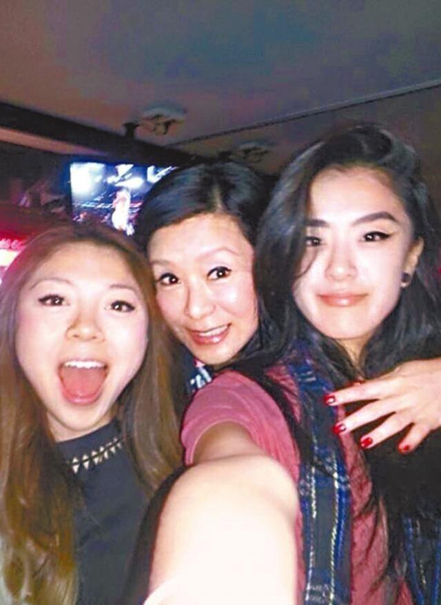 夏文汐和兩個小女兒的感情也很親密。圖/摘自微博