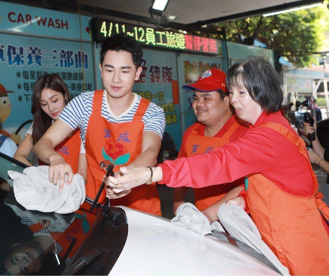 陳謙文擔任洗車服務。圖/民視提供