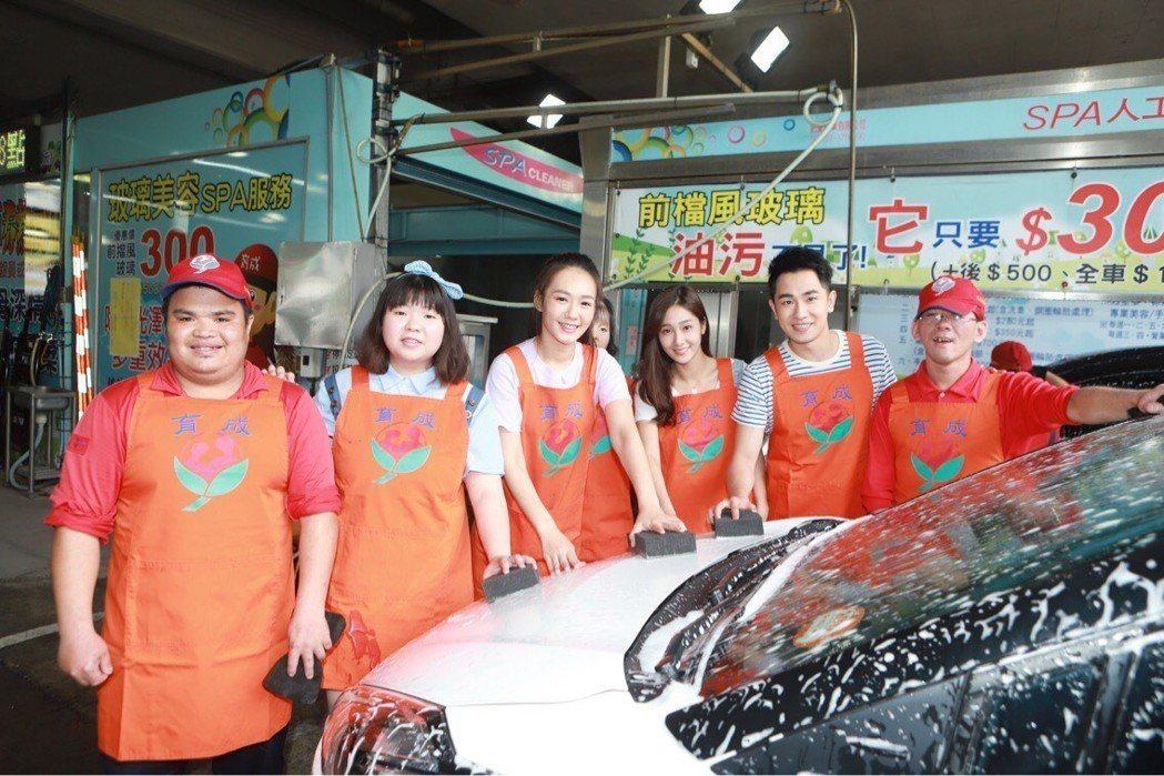 陳謙文(右二起)、邱子芯、李又汝、賴曉誼出席公益活動。圖/民視提供