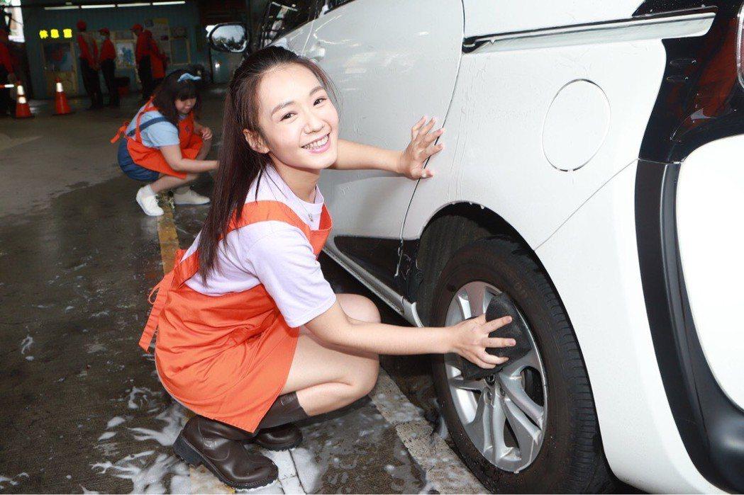 李又汝出席公益活動,擔任洗車服務。圖/民視提供