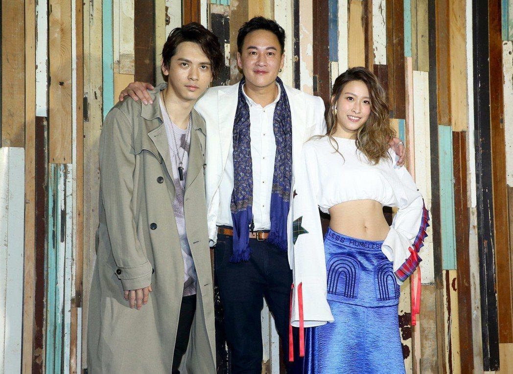 何潤東(中)舉辦出道20年慶生茶會,並向大家介紹公司的兩位新人歌手馬仕釗(左)與...