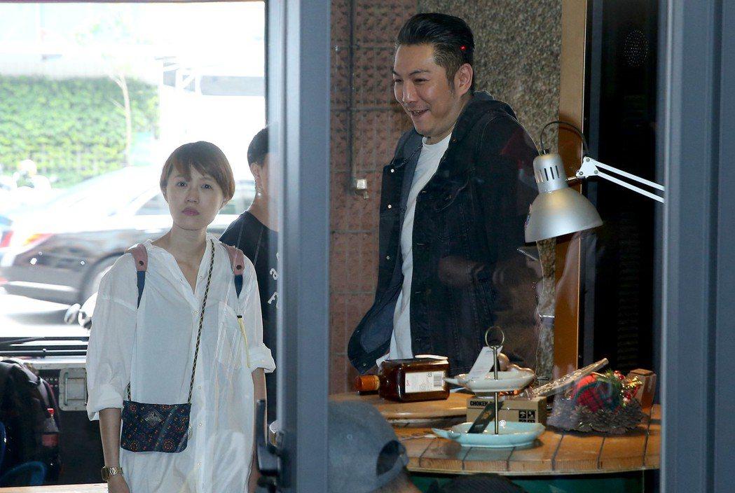 何潤東舉辦出道20年慶生茶會,好友畢國勇(右)站在門外低調不願受訪。記者余承翰/...