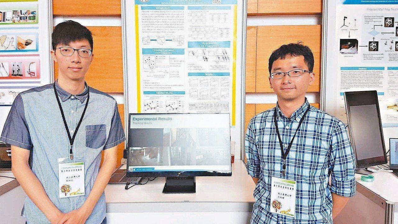 台大電子工程研究所學生劉致廷(左)、吳致緯(右)與教授簡韶逸共同研發「智慧監視系...