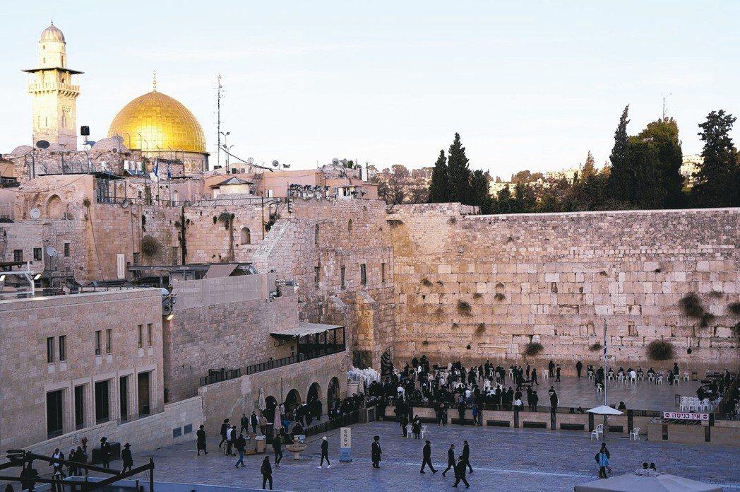 哭牆後的金色建築物,就是伊斯蘭教聖地之一的圓頂清真寺。 記者陳睿中/攝影