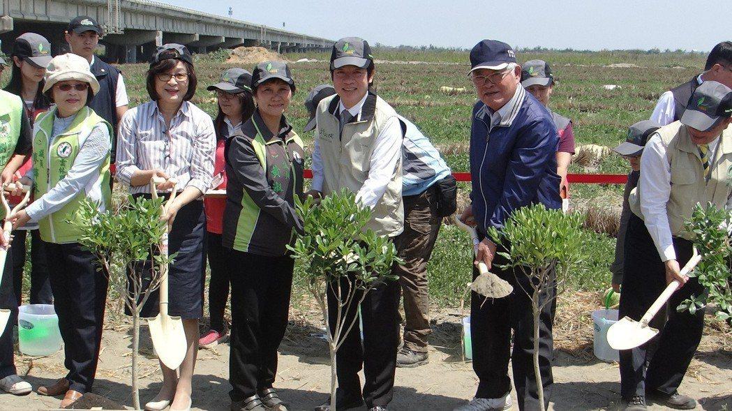 賴清德和地方民眾一起在濁水溪河床區種樹,宣誓治理決心。 記者蔡維斌/攝影