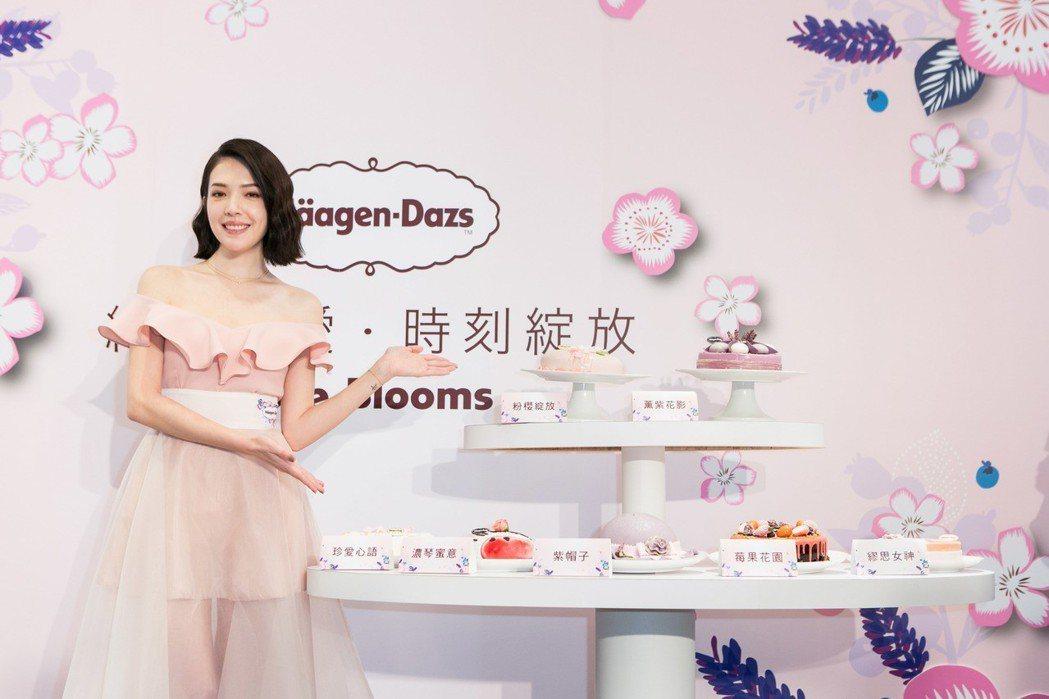 許瑋甯為冰淇淋品牌旗艦店剪綵。圖/哈根達斯提供