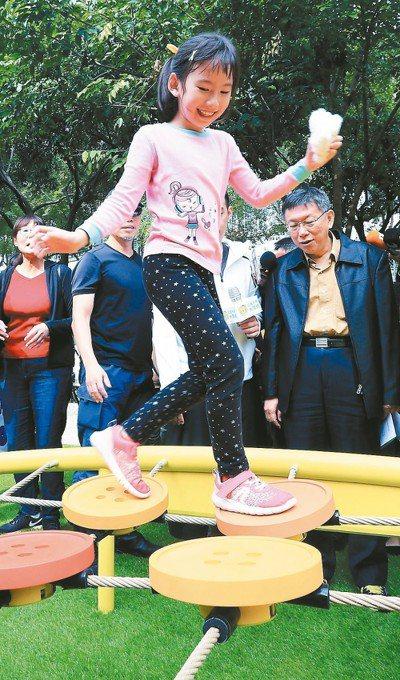 台北市長柯文哲(右)今年一月出席「公園不再大眾臉」啟用,宣布充滿創意的小公園共融...