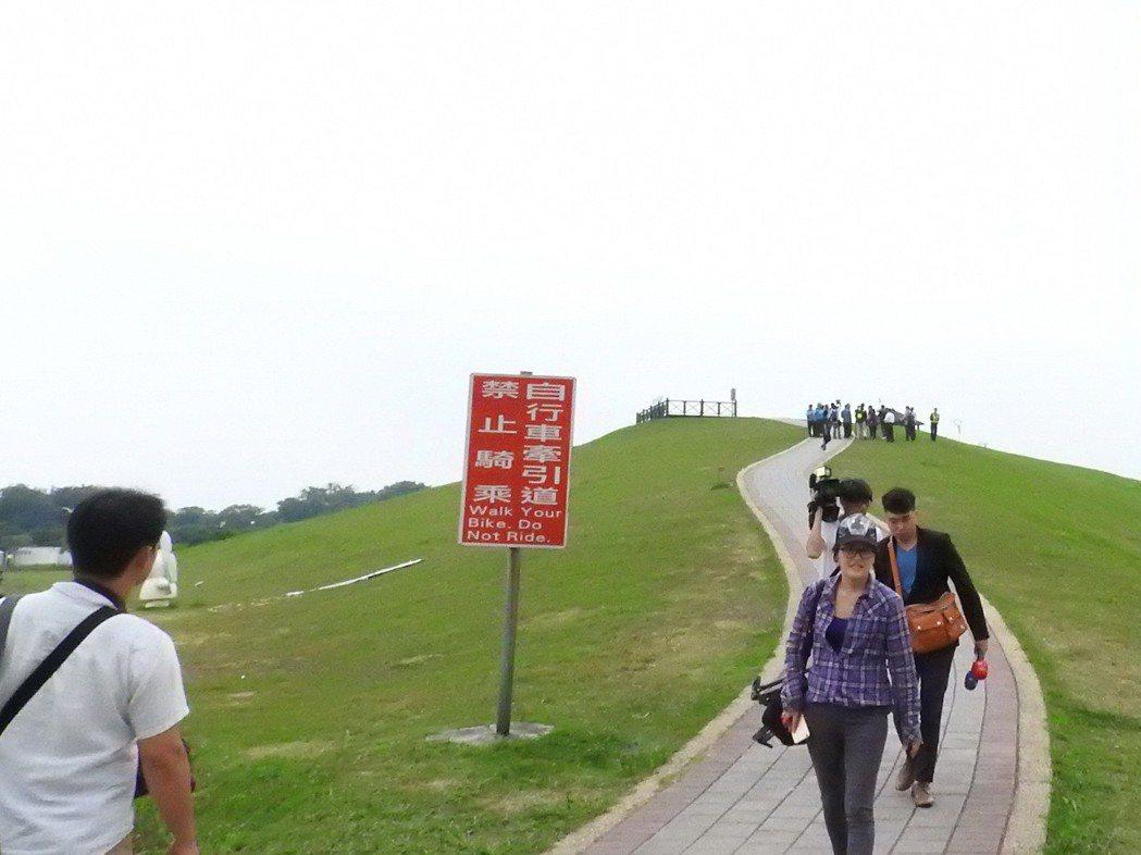 侯友宜表示,八里文化公園草坡距離長、坡度夠,確實有打造地景滑梯的條件。 記者祁容...